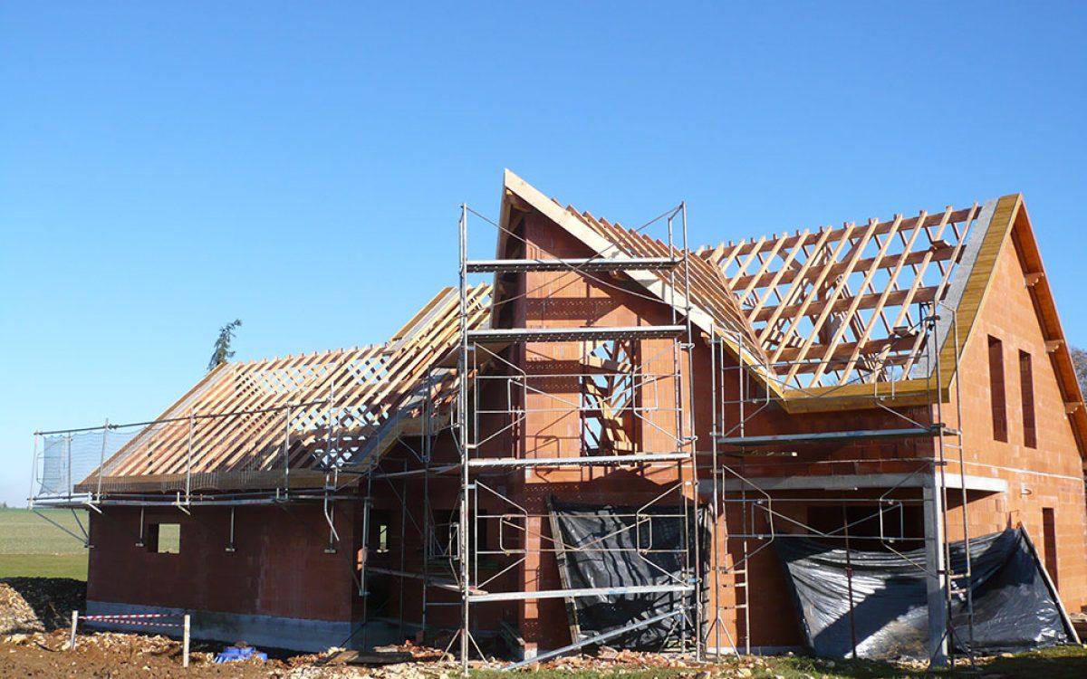 vue du montage de la charpente d'une maison réalisée par les Charpentiers montbardois à Montbard
