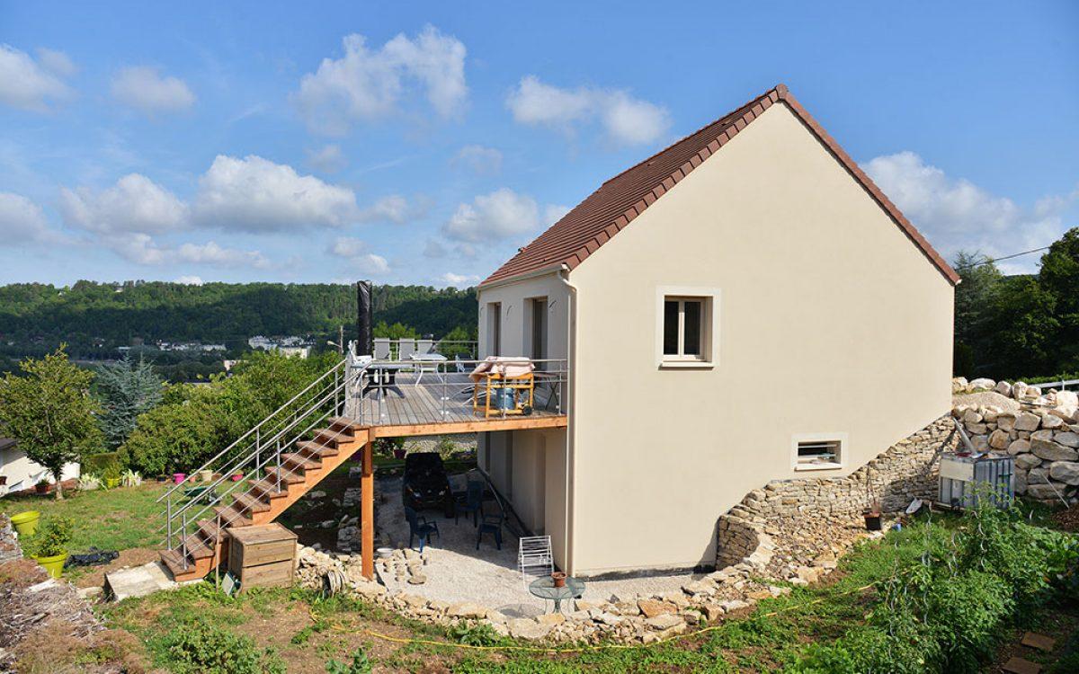 vue de loin de la terrasse en bois construite par les Charpentiers montbardois à Montbard