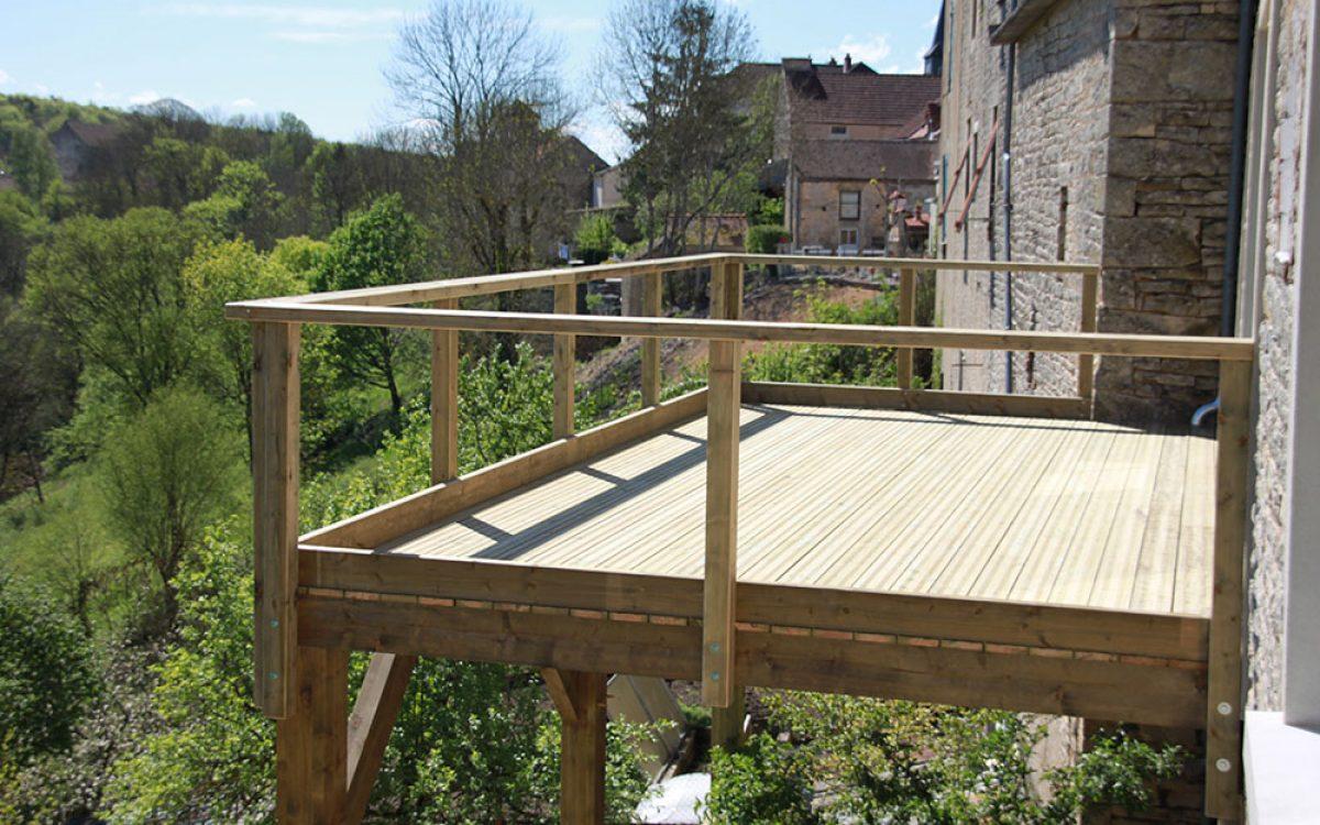 construction d'une terrasse par les Charpentiers montbardois à Montbard