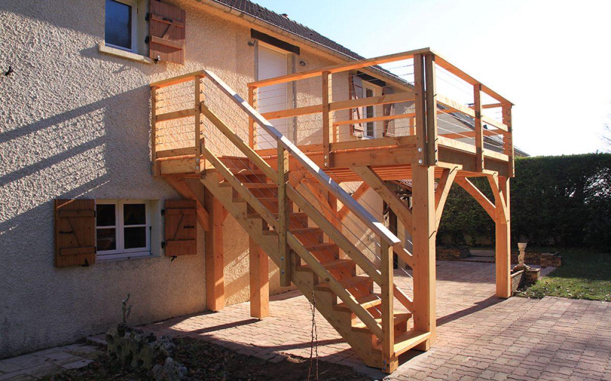terrasse sur pilotis réalisée par les Charpentiers montbardois à Montbard
