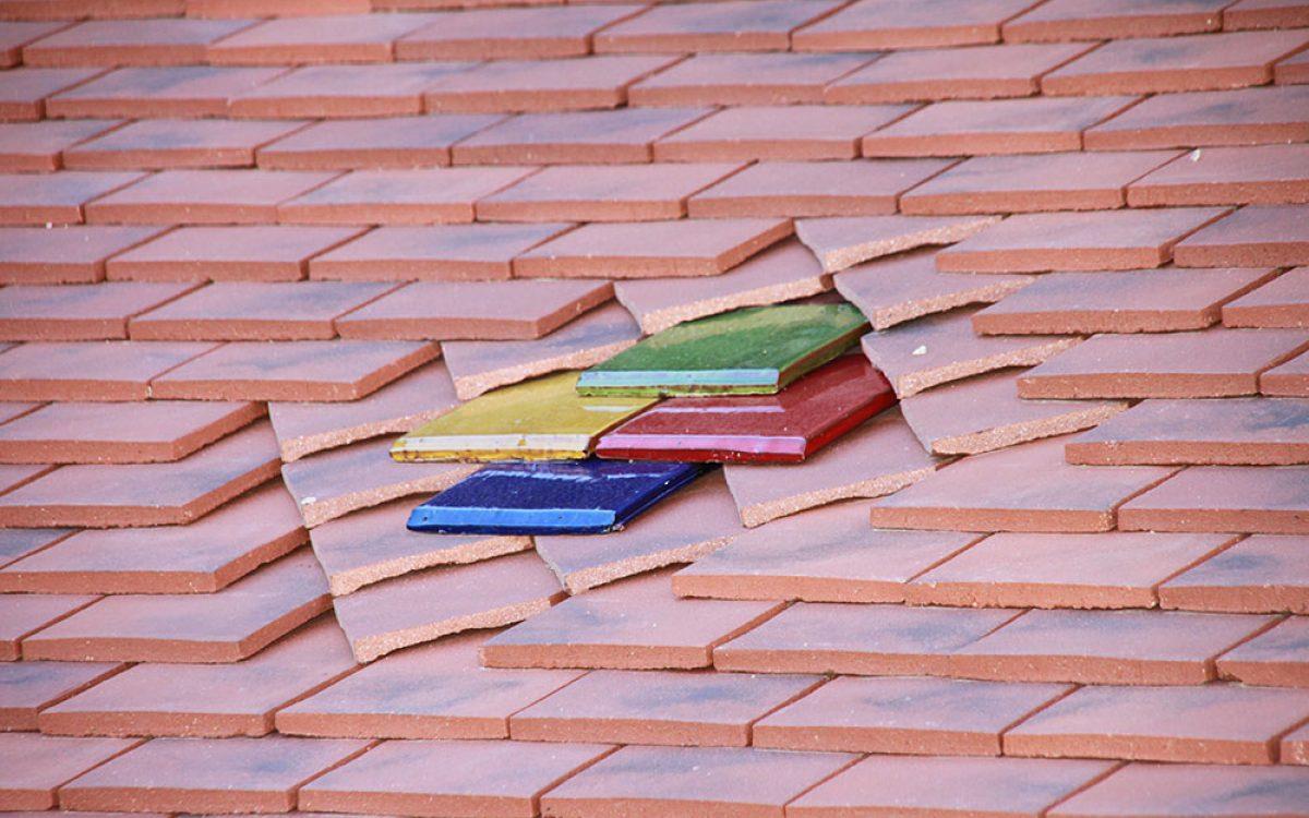toiture plate avec motifs en tuiles céramique par les Charpentiers montbardois à Montbard