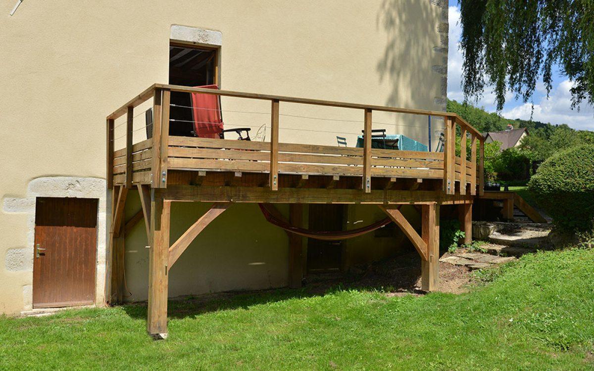 terrasse sur poteaux réalisée par les Charpentiers montbardois à Montbard