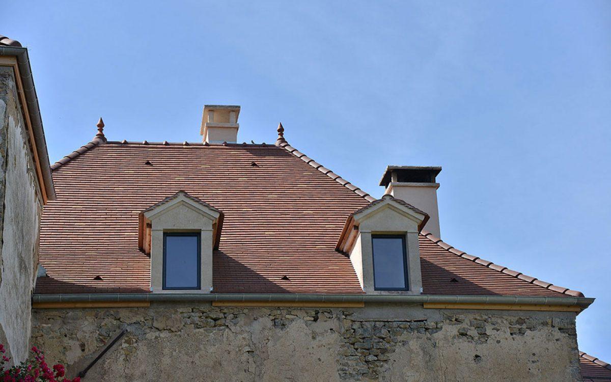 toiture en tuiles plates avec chiens à scie réalisée par les Charpentiers montbardois à Montbard