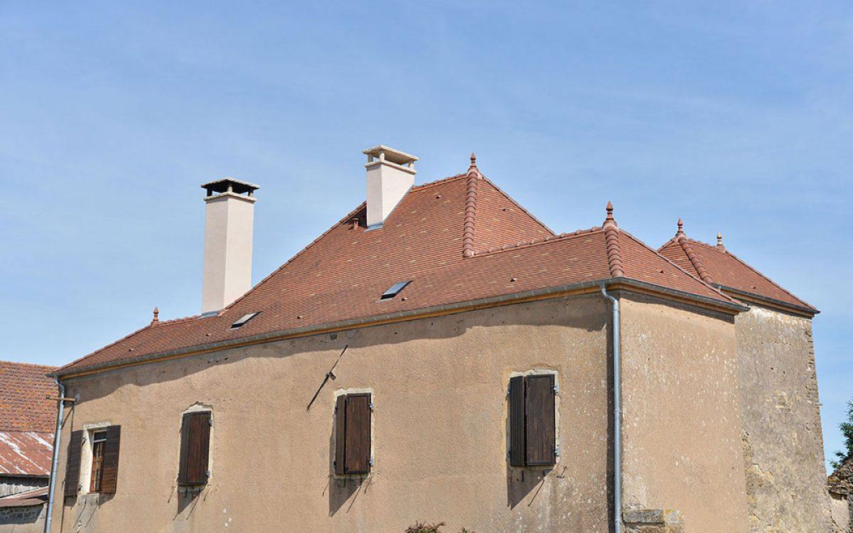 vue d'ensemble d'une toiture d'un bâtiment refaite à neuf par les Charpentiers montbardois à Montbard