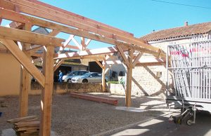 préau en construction réalisée par les Charpentiers montbardois à Montbard