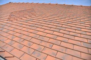 gros plan de la toiture en tuiles plates avec motif réalisée par les Charpentiers montbardois